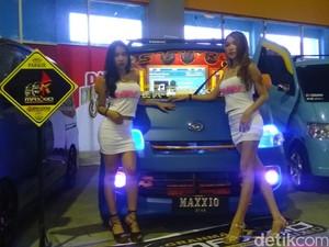 Pesona Gadis Makassar dan Mobil Modifikasi