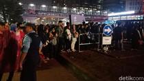 Usai Tonton Asian Games, Antrean Warga Mengular di Halte TransJ