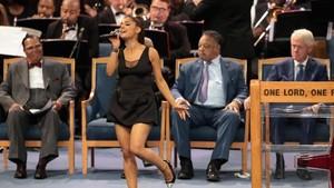 Ariana Grande Dirangkul, Pelecehan atau Ekspresi Kedekatan?