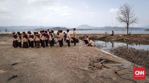 Pelajar memanfaatkan Waduk Jatigede yang mengering sebagai tempat aktifitas ekstrakurikuler Pramuka, Jumat (31/8).