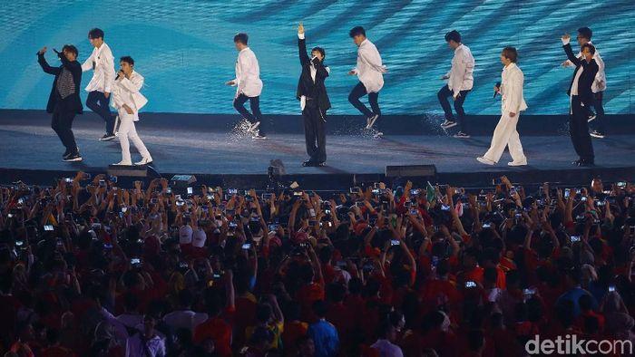 Super Junior menghibur penonton di closing ceremony Asian Games 2018. (Foto: Grandyos Zafna)