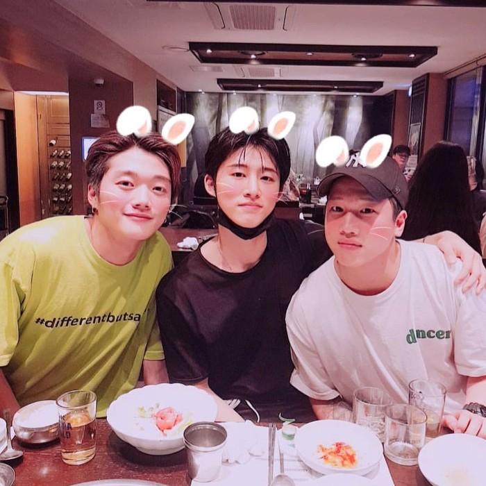 B.I yang lahir pada 22 Oktober 1996 ini terlihat sering makan bersama temannya. Seperti momen makan bersama dua temannya ini. Duh fotonya pakai filter kelinci yang lucu. Foto: Istimewa