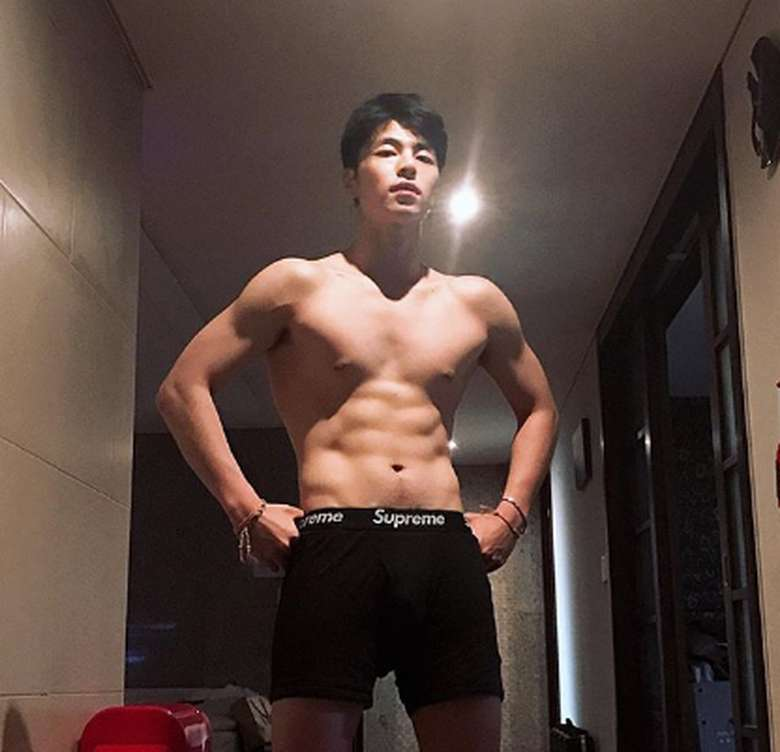 June terbilang banyak fansnya. Untuk urusan gaya hidup, ia pun senang berolahraga. Terbukti dari abs-nya yang jadi abis! (Foto: Instagram/juneeeeeeya)