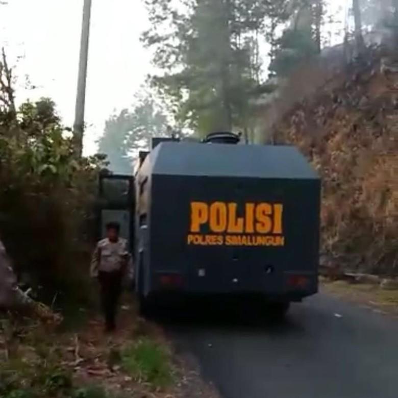 Kala Water Cannon Polisi Ikut Padamkan Kebakaran Hutan di Sumut