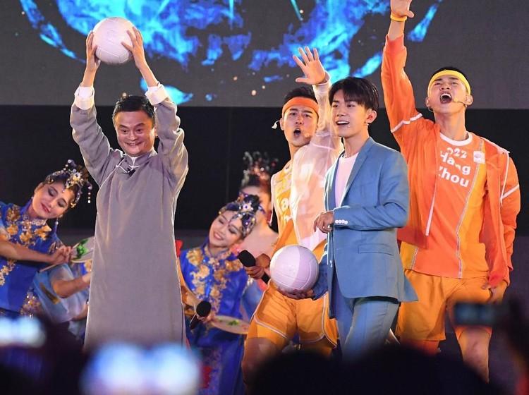 Jack Ma mewakili delegasi Cina sebagai tuan rumah Asian Games berikutnya, tampil membawa bola saat menghadiri Upacara Penutupan Asian Games ke-18 Tahun 2018 di Stadion Utama Gelora Bung Karno (GBK), Senayan, Jakarta, Minggu (2/9).  INASGOC/Irwin Fedriansyah/RAV/18.