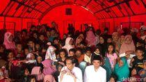 Jokowi Goyang Dayung Saat Nobar Closing Asian Games di Lombok
