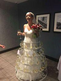Wouw! Pengantin Ini Kenakan Gaun Unik Berisi 50 Gelas Wine
