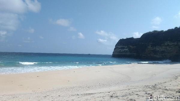 Keunikannya adalah banyak traveler yang ke sini selain refreshing juga mencari kesembuhan. Konon, pasir pantai ini berkhasiat untuk pengobatan dan terapi penyakit rematik hingga stroke. (Harianto/detikTravel)