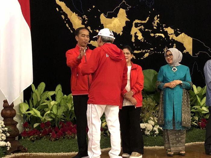 Bambang Hartono saat menerima bonus dari Presiden Jokowi (Foto: Ray Jordan/detikcom)