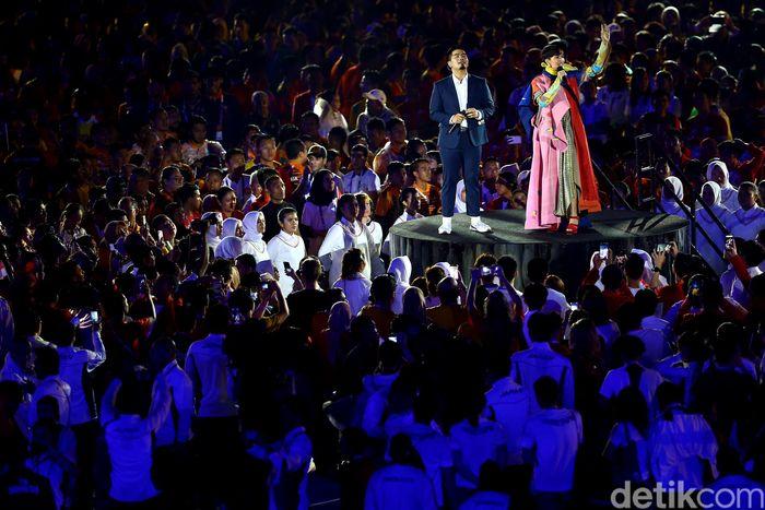 Duet Bams dan Lea Simanjuntak sanggup membuat penonton bernyanyi bersama lewat lagu Kemesraan.