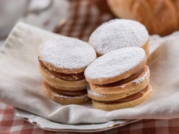 Argentina punya cookies bernama Alfajores. Bentuinya seperti sandwich cookies dengan taburan gula halus di atasnya. Dilansir Business Insider (27/8), alfajores biasa dijadikan menu sarapan orang Argentina, lho. Foto: Istimewa
