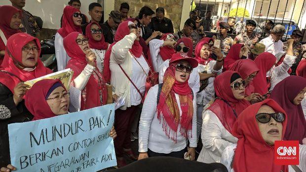 Barisan Emak-emak Militan (BEM) menuntut Presiden Joko Widodo mundur dari jabatannya di kantor KPU, Senin (3/9).