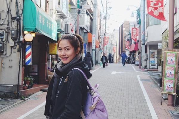 Gaya imut Nan saat jalan-jalan ke Jepang. Kok, sendirian sih Nan? (Instagram/@thatdao_naldo)
