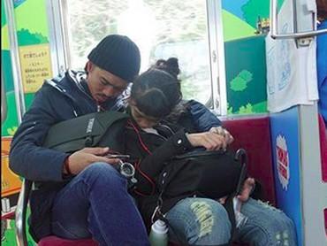Ngantuknya Ayah Duta dan Kakak Aisha bisa kompakan gitu. He-he-he. (Foto: Instagram/ @duta507)