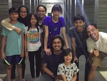 Keluarga besar nih. Saat keluarga Adel-Duta kumpul bareng keluarga Ananda-Attar. (Foto: Instagram/ @ ananda_faturrahman)