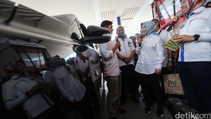 Nicke tiba di SPBU Rasuna Said, Jakarta sekitar pukul 15.30 WIB. Dirut Pertamina itu langsung menghampiri konsumen.