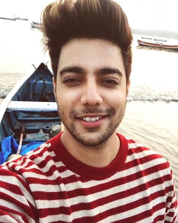 Mengisi liburannya Siddhart juga berenang, bersantai di pantai dan naik kapal. Dia menuliskan caption di Instagramnya boattime. (siddharthslathia/Instagram)