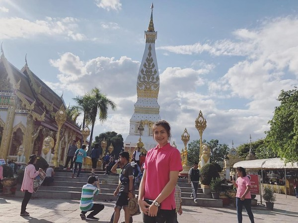 Kalau ini, gaya Nan saat berkunjung ke Kuil Wat Phra That Doi Suthep di Chiang Mai, Thailand. Gadis bertinggi badan 185 cm ini tampil santai dengan polo shirt berwarna pink. (Instagram/@thatdao_naldo)