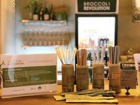Restoran Ini Manfaatkan Batang Kangkung Buat Sedotan Alami