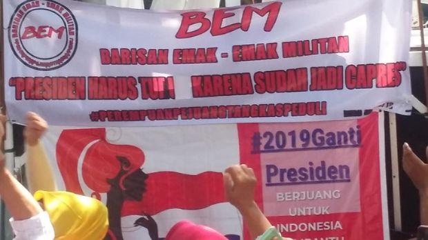Emak-emak Demo di Depan KPU Minta Jokowi Mundur Sebagai Presiden