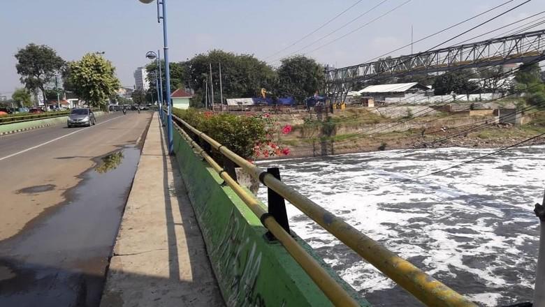 Hasil Lab Dinas LH: Busa di Kali Bekasi Limbah Detergen