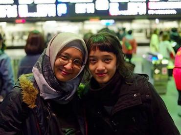 Aisha dan bundanya seperti adik kakak nih. (Foto: Instagram/ @shadjo04)