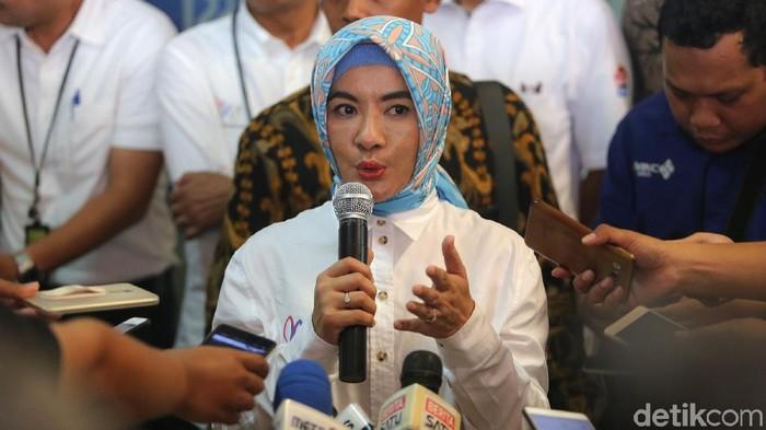 Para pelanggan mendapat petunjuk penggunaan aplikasi My Pertamina di SPBU Rasuna Said, Kuningan Jakarta, Senin (3/9/2018). Aplikasi tersebut sedang memberi undian khusus untuk BBM non subsidi dengan hadiah utama 61 paket umroh ke tanah suci.