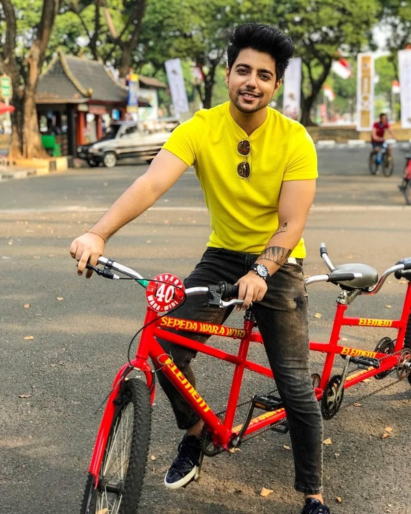 Ini tatkala dia naik sepeda di Jakarta kemarin. Sepertinya dia bersepeda di Taman Mini Indonesia Indah (TMII). (siddharthslathia/Instagram)