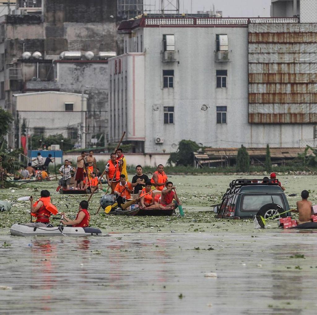 Siang dan Malam Berjibaku Evakuasi Korban Banjir di China