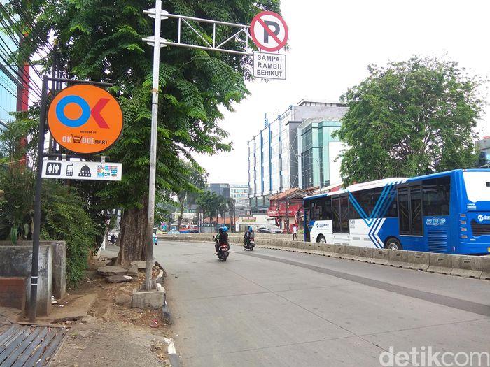 Gerai OK OCE Mart satu ini sebenarnya berlokasi cukup strategis karena posisinya di pinggir jalan besar, yakni Jalan Warung Jati Barat, Jakarta Selatan.