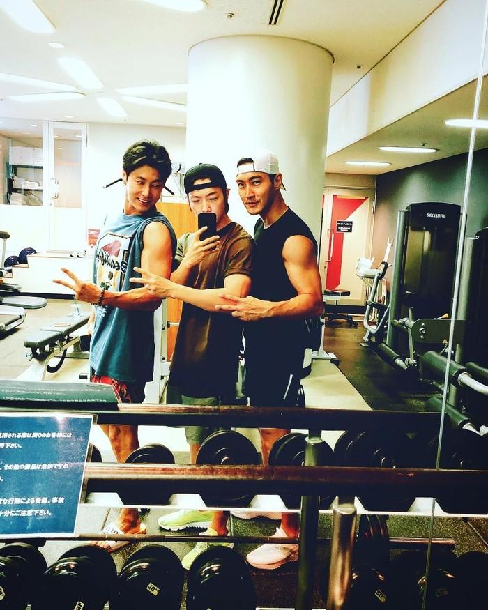 Kalau personel Super Junior nge-gym bareng pasti seperti ini. Lihat tubuh kekarnya Siwon, Donghae, dan Yunho dari TVXQ. Foto: Instagram/leedonghae