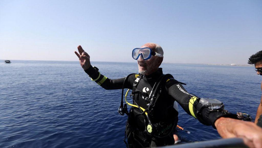 Pecahkan Rekor! Ini Scuba Diver Tertua di Dunia