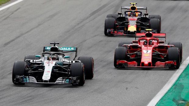 Lewis Hamilton sempat mengalami insiden nyaris tabrakan dengan Verstappen.