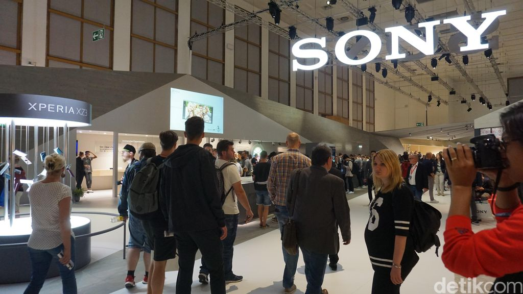 Saat masuk ke dalam area Sony di IFA 2018, logo perusahaan asal Jepang tersebut terpampang di bagian atas, ditemani ponsel anyarnya yaitu Xperia XZ3. Foto: Muhamad Imron Rosyadi/detikINET