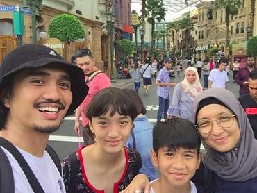 Saat traveling, Duta, Adel dan si kecil nggak pernah absen wefie. (Foto: Instagram/ @shadjo4)