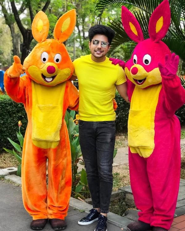 Saat di TMII Jakarta, dia juga berpose dengan dua badut kelinci. Gemas! (siddharthslathia/Instagram)