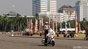 Aksi Polwan Naik Moge Bikin Iriana-Menteri Jokowi Standing Applause