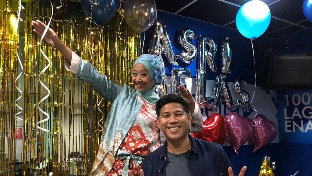 Gaya Terbaru Asri Welas yang Berhijab Setelah Pulang Haji
