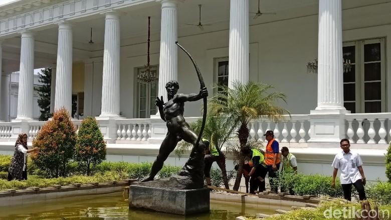 Foto: Patung pemanah karya Zsigmond Kisfaludi Strobl dari Hungaria pulang ke Istana Kepresidenan, Jakarta. (Niken-detikcom)