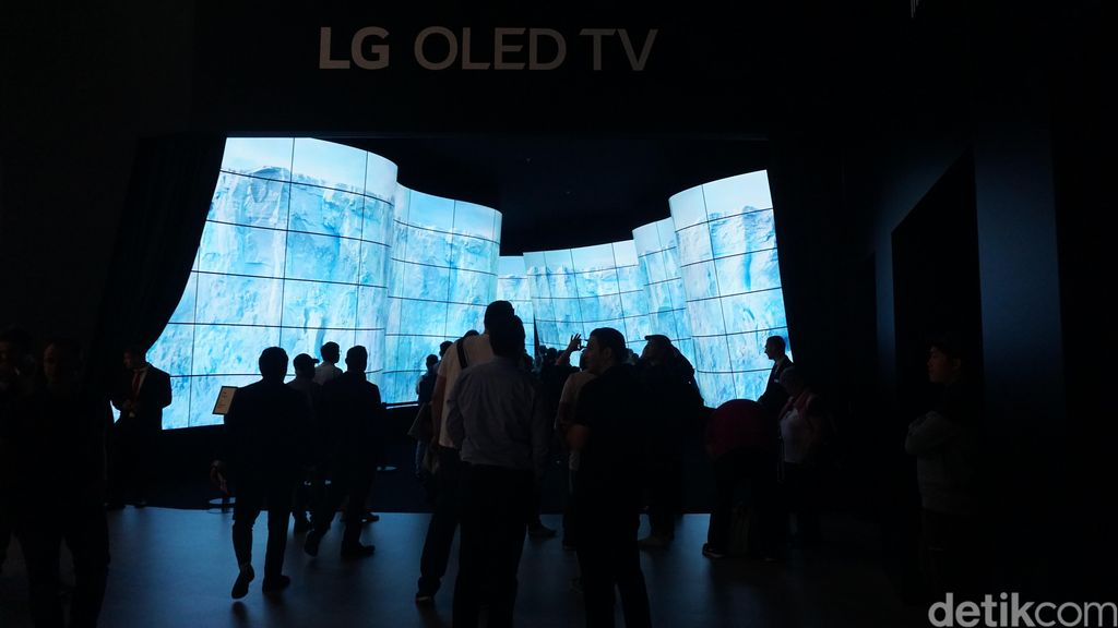 Begitu masuk ke dalam area LG di IFA 2018, pengunjung langsung disuguhkan dengan pintu masuk dari lorong berisikan televisi OLED mereka. (Foto: detikINET/Muhamad Imron Rosyadi)