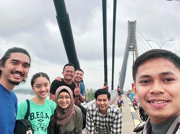 Di jembatan pun menyempatkan diri wefie ya. Hi-hi-hi. (Foto: Instagram/ @jokersupriadi)