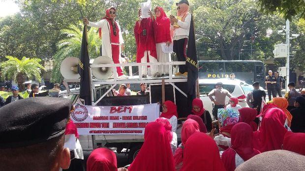 Emak-emak Demo Jokowi, Sandiaga: Jangan Ganggu Ketertiban