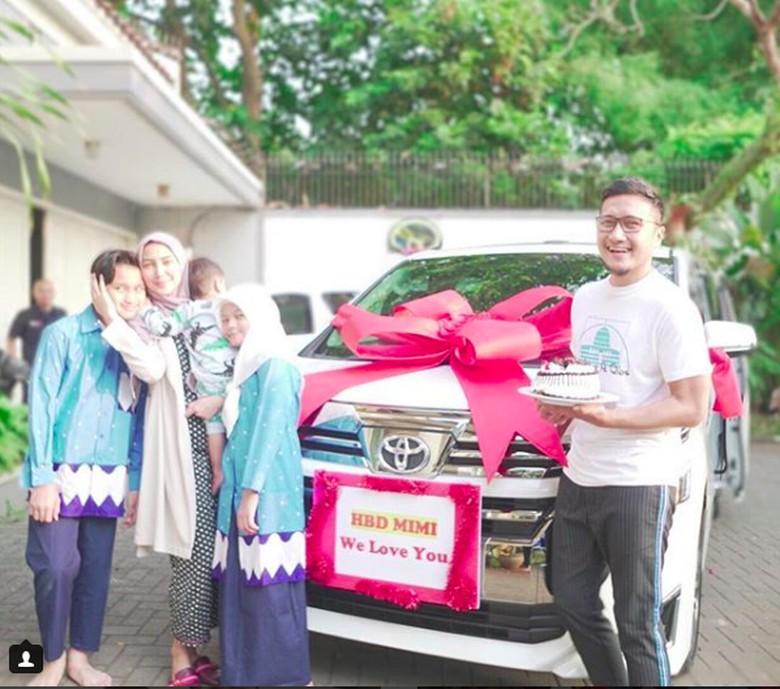 Hadiah Toyota Vellfire dari Arie Untung untuk sang Istri. Foto: Screenshot Instagram Arie Untung