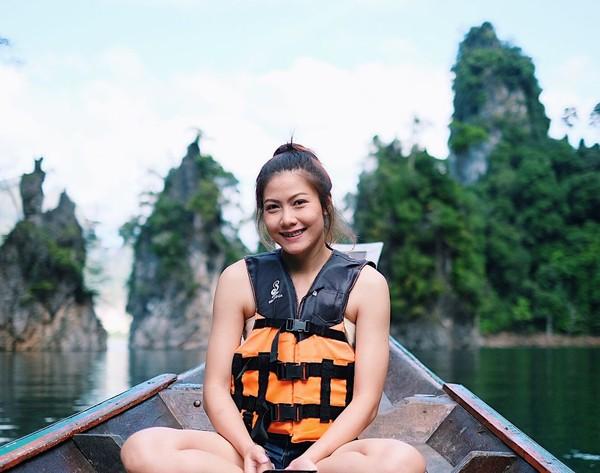 Senyum manis Nan saat difoto di Ko Nang Yuan. Tak lupa Nan mengajak serta keluarganya untuk liburan ke sini. (Instagram/@thatdao_naldo)