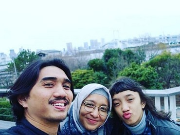 Jalan bareng si sulung, Duta dan Adel kelihatan seperti kakaknya Aisha. Setuju, Bun? (Foto: Instagram/ @shadjo04)