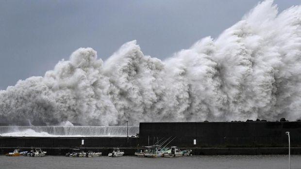Jepang Evakuasi 3.000 Orang dari Bandara Kansai