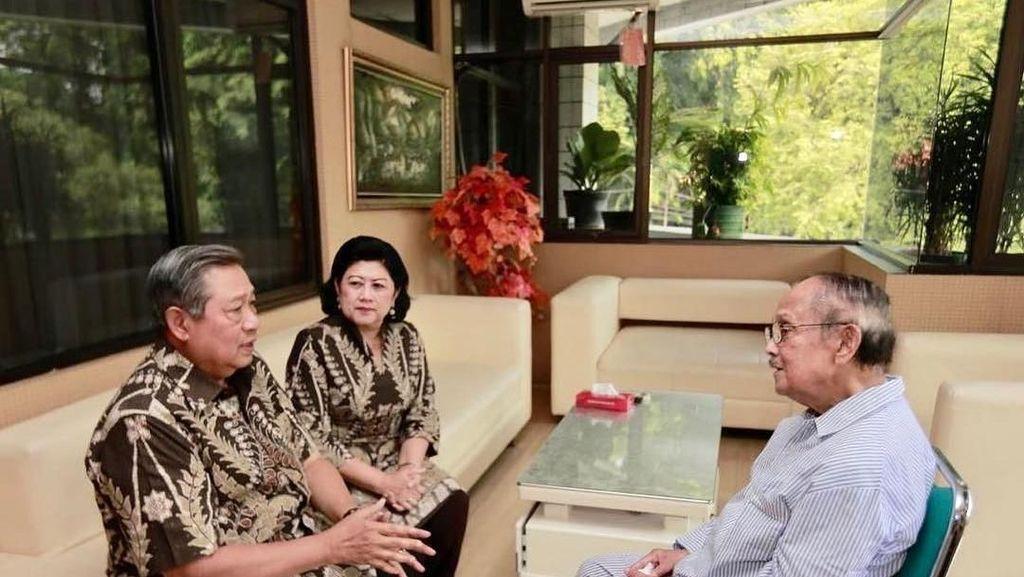 SBY dan Ani Yudhoyono Jenguk Habibie di RSPAD