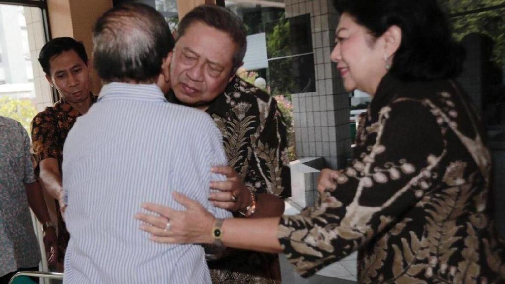 Foto: Pelukan Hangat SBY untuk Habibie di RSPAD