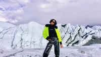 Mau menikmati salju seperti Jourdan? Kamu bisa jalan-jalan ke Matanuska Glacier di Alaska. (jourdandunn/Instagram)