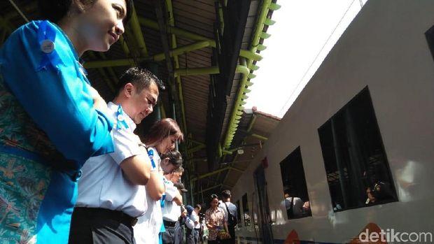 Executive Vice President PT. KAI Daop I, Dadan Rudiansyah bersama jajaran menyapa para penumpang di Stasiun Gambir, Selasa (4/9/2018)